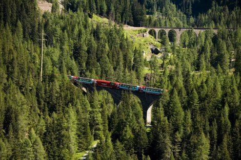 Glacie Express stoupám údolím Albuly ke stanici Preda a tunelu Albula. Foto: Rhätische Bahn