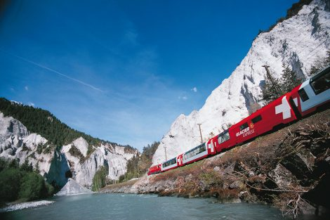 Glacier Express v údolí Rýna. Foto: Rhätische Bahn