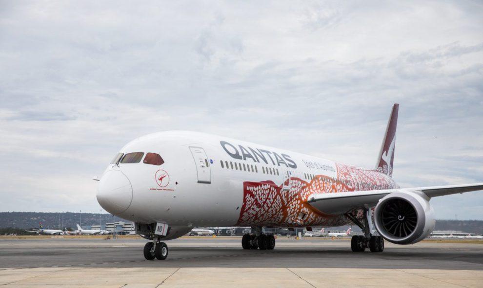 Dreamliner Qantasu ve speciálním nátěru připomínající dílo Austrálců. Foto: Qantas