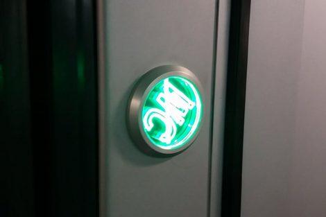 Nesprávně instalované tlačítko ovládání WC. ČD reklamovaly už při přejímce vozidla.