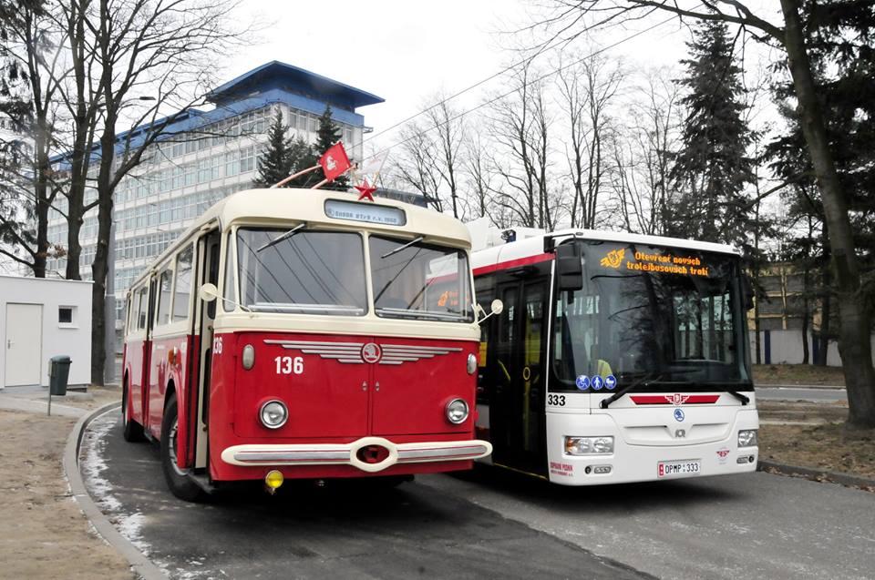 Historický trolejbus 8Tr a a nízkopodlažní Škoda 30Tr SOR na otočce u Zámečku. Foto: DPMP