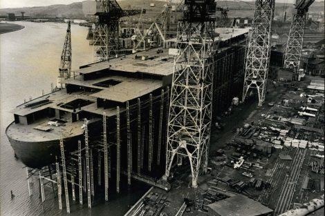 Loď Queen Elizabeth 2 během stavby v roce 1967. Pramen: DubaiTourism