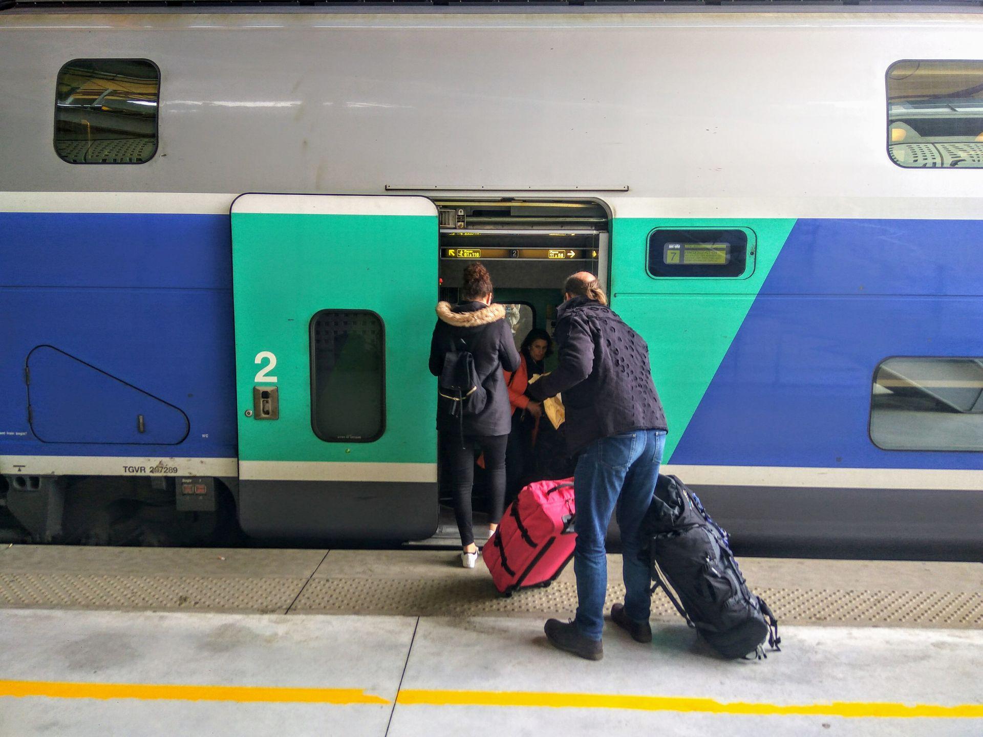 Nástup do dvoupodlažních jednotek TGV Duplex. Foto: Jan Sůra