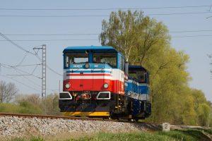 Lokomotiva EffiShunter 300 na testování ve Velimi společně s lokomotivou pro ČD. Foto: CZ Loko