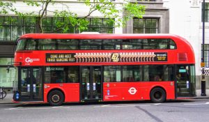 Dvoupodlažní autobusy se staly ikonou například v londýnské MHD. Foto: Jan Sůra