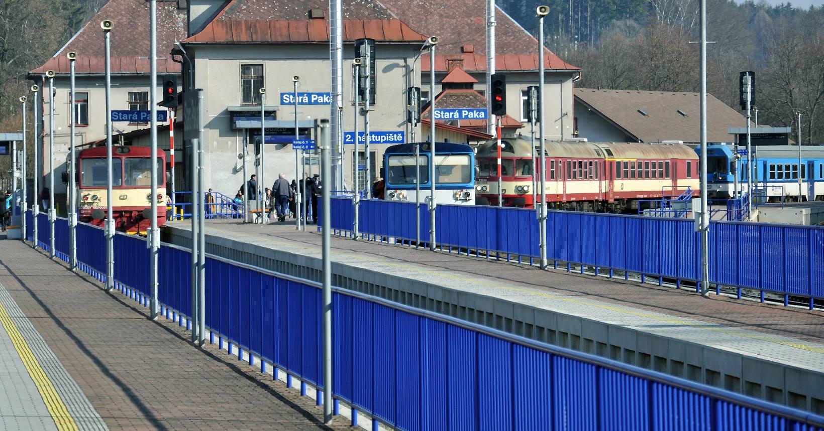 Instalace zábradlí ve stanici Stará Paka. Foto: Zábradlománie