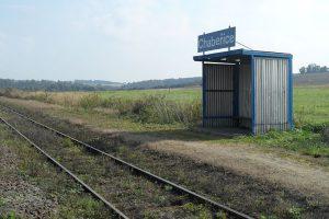 Zastávka Chabeřice na vyloučeném úseku trati 212. Autor: Stribrohorak – Vlastní dílo, CC BY-SA 3.0, https://commons.wikimedia.org/w/index.php?curid=36808016