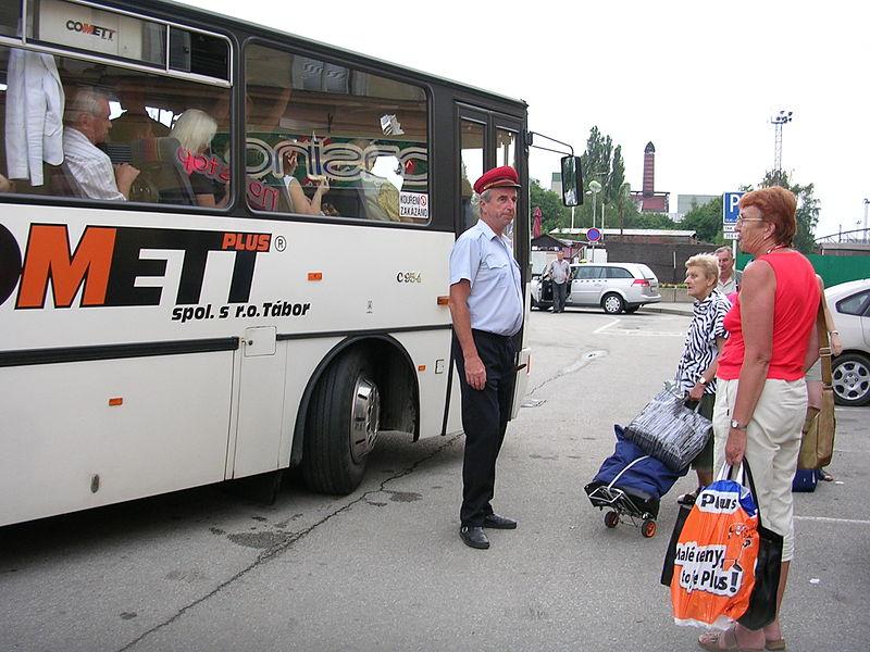 Autobus náhradní dopravy. Autor: Autor: cs:ŠJů – Vlastní dílo, CC BY-SA 3.0, https://commons.wikimedia.org/w/index.php?curid=5901996