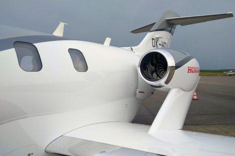 Motory jsou umístěny netradičně na pylonech nad křídly. Foto: Jan Sůra