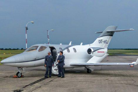 Piloti Aeropartner při představení nového HondaJetu. Piloti létají v uniformách, které vychází z uniformy generála Františka Peřiny. Foto: Jan Sůra