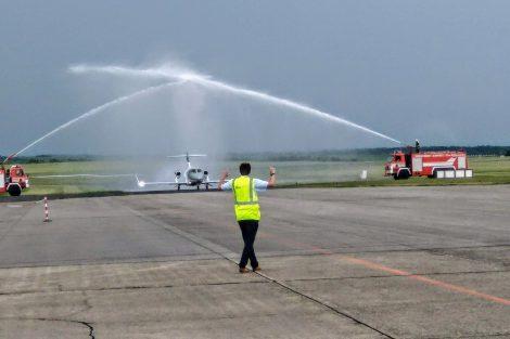 Hasičská slavobrána na letišti Vodochody při představení HondaJetu. Foto: Jan Sůra