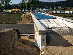 Most pro místní komunikaci vedoucí mezi Lukášovem a rozhlednou na Proseči má zpoždění, ŘSD na jeho stavbu čekalo déle na stavební povolení. Otevře se později. Foto: Jan Sůra