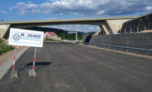 Zakázku na silnici I/14 získala společnost M- Silnice. Z odhadované ceny 460 milionů korun bez DPH slevila na 296 milionů.