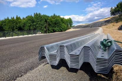 Deset dní před otevřením silnice chyběla na většině trasy instalovaná svodidla. Foto: Jan Sůra