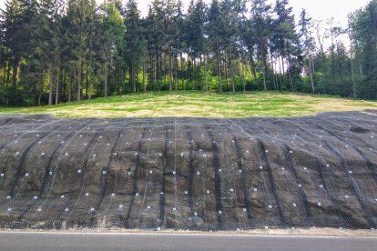 Kvůli narovnání trasy museli stavaři provést výrazné zářezy do svahu. Foto: Jan Sůra