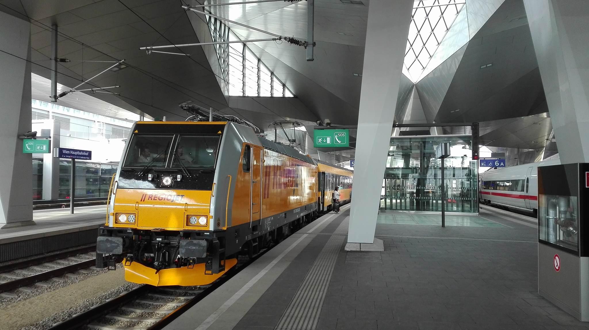 Bombardier Traxx MS2 v barvách RegioJetu ve Vídni. Foto: RegioJet