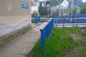 Zábradlí ve Vesci u Liberce mezi chodníkem a trávníkem. Foto: Jan Sůra