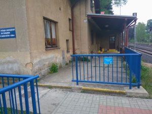 Zábradlí ve Vesci z Liberce mezi nástupištěm a výpravní budovou. Foto: Jan Sůra
