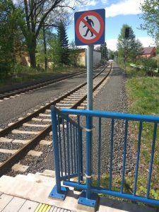 Zábradlí je i na místě, kam cestující nesmí. Foto: Jan Sůra