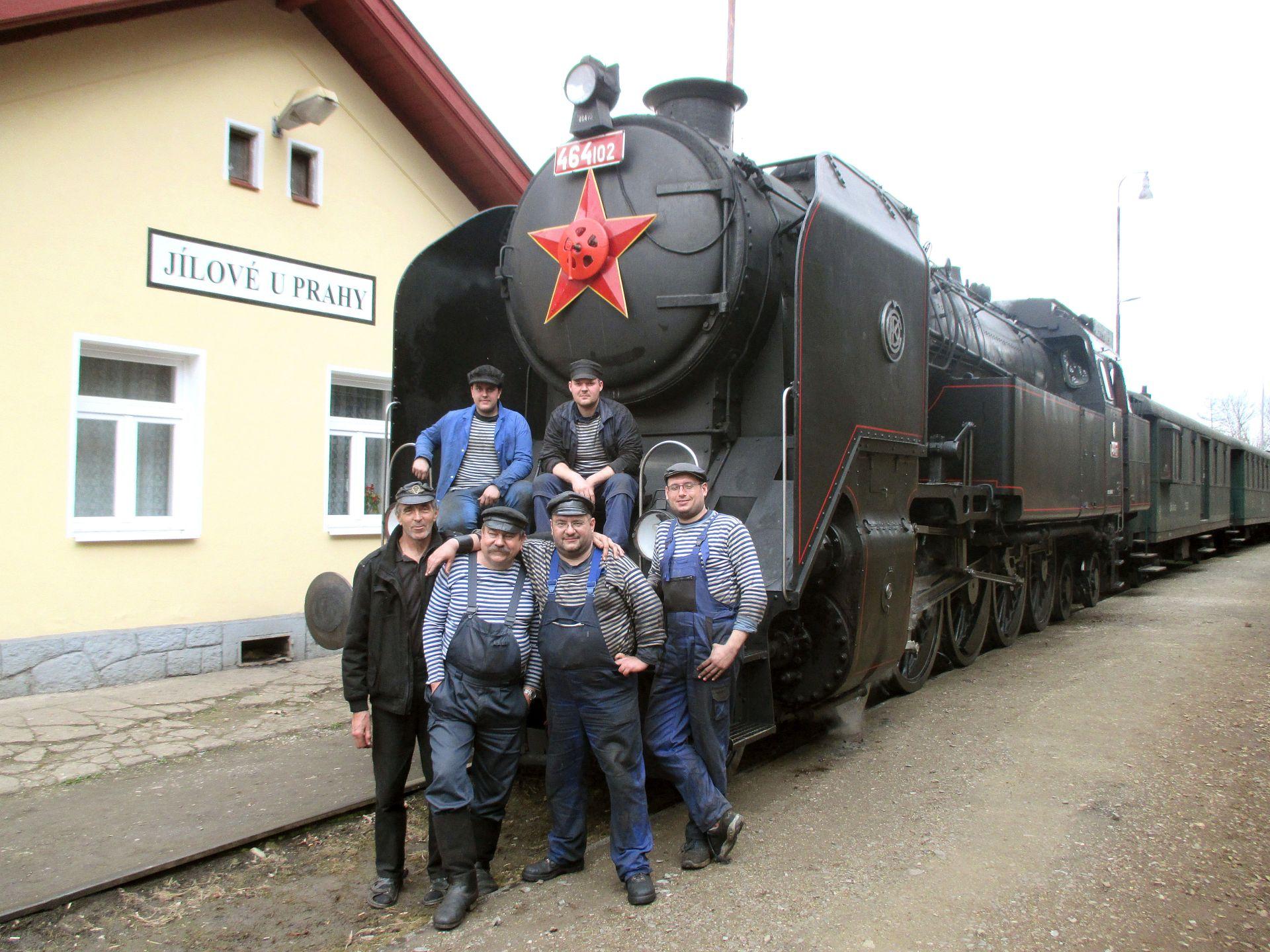 Lokomotiva 464.102 a posádka v Jílovém u Prahy. Foto: Růžolící Chrochtík