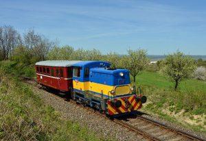 Lokotraktor s přípojným vozem. Autor: Slezský železniční spolek