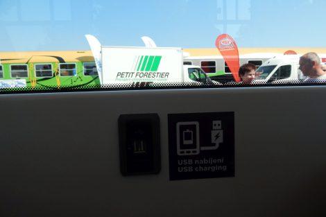 """Zásuvka USB v tramvaji Tango NF2 """"nOVA"""" od výrobce Stadler. Autor: Zdopravy.cz/Jan Šindelář"""