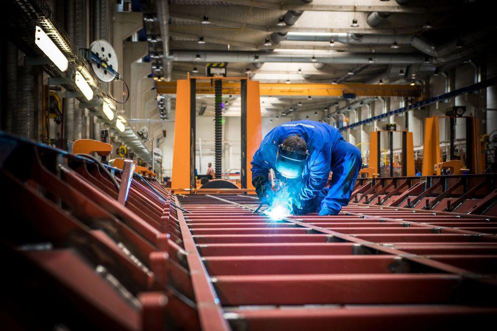 Svařování vozových skříní na nové vlaky v závodě Bombardieru v České Lípě. Foto: Bombardier
