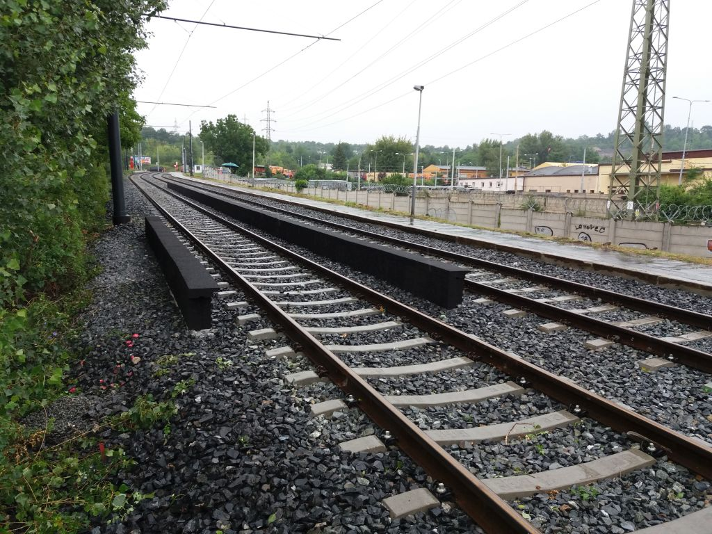 A Hloubětín városrészben lévő villamospálya jelenleg felújítás alatt van, ezt kihasználva telepítették éppen ide a zajvédő elemeket