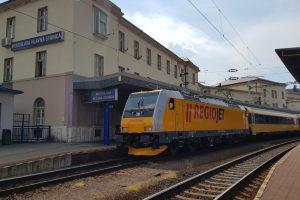 Bratislava hlavná stanica a vlak RegioJetu v čele s lokomotivou Bombardier Traxx MS2. Foto: RegioJet