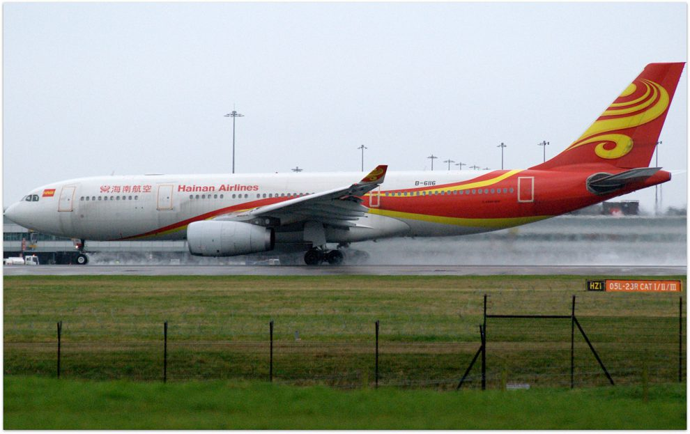 Airbus A330-200 společnosti Hainan Airlines. By Riik@mctr (Flickr) [CC BY-SA 2.0 (https://creativecommons.org/licenses/by-sa/2.0)], via Wikimedia Commons