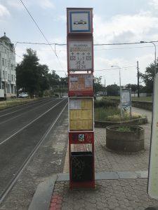Označník zastávky tramvaje, podle PRO CEDOP jsou informace nedostatečné. Autor: EY/PRO CEDOP