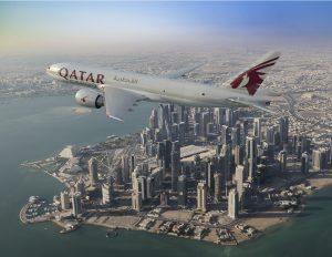 Qatar Airways a Boeing doladily na aerosalonu smlouvu na nákup 5 nákladních Boeingů 777F. Kontrakt má hodnotu 1,7 miliardy dolarů v ceníkových cenách. Foto: Boeing