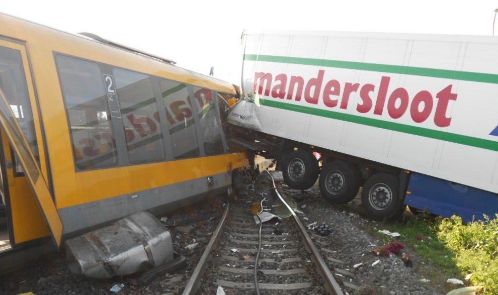 Srážka s kamionem v roce 2016 u Velkého Mederu skončila úplnou likvidací jednotky Siemens Desiro. Foto: RegioJet
