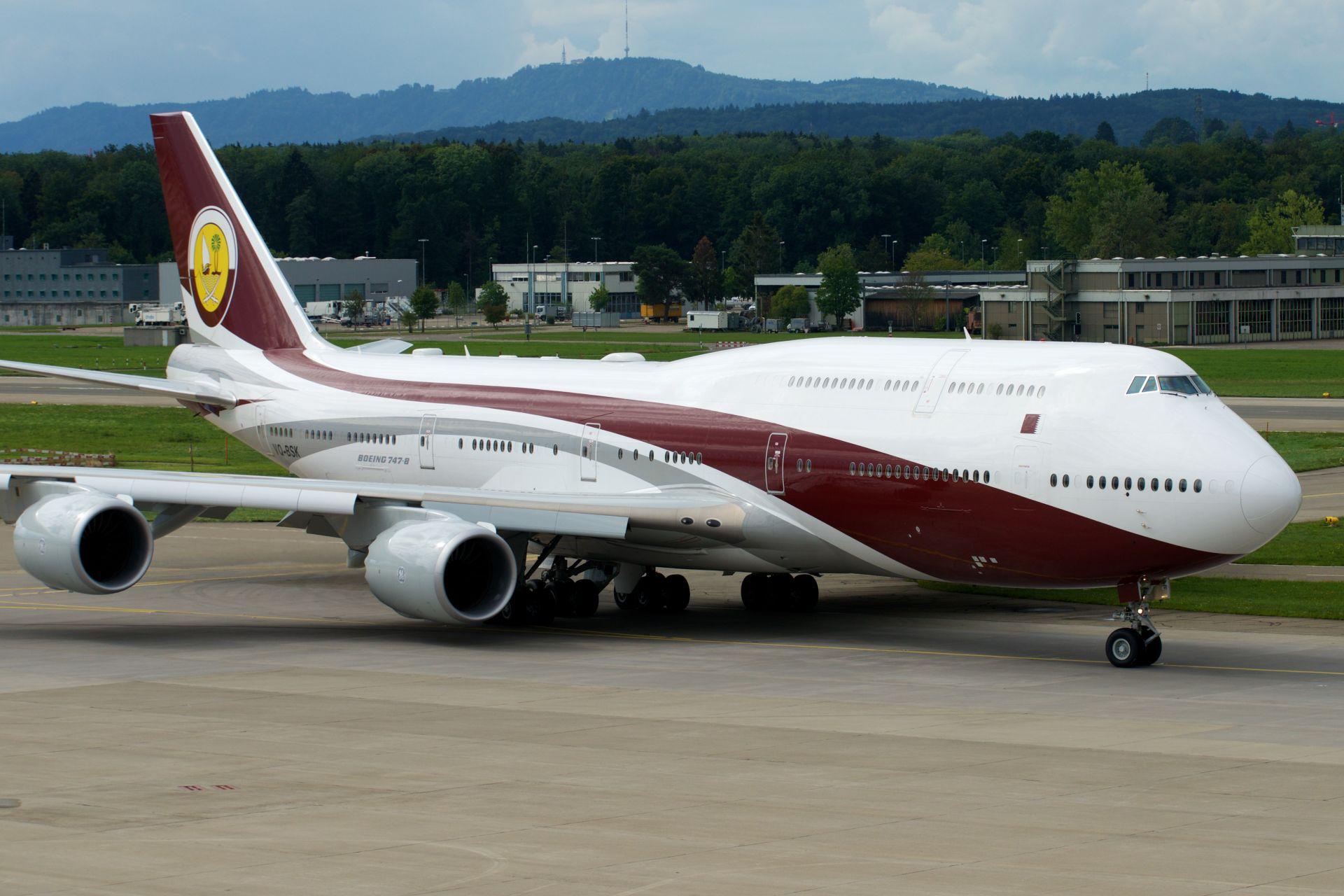 Boeing 747-8i v barvách katarské královské rodiny. Foto: BriYYZ (https://www.flickr.com/photos/bribri/20543418193/) [CC BY-SA 2.0 (https://creativecommons.org/licenses/by-sa/2.0)], via Wikimedia Commons