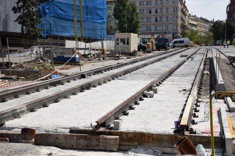 Tramvajové koleje mezi starou a novou budovou Národního muzea. Autor: Ondřej Kubát (DPP)
