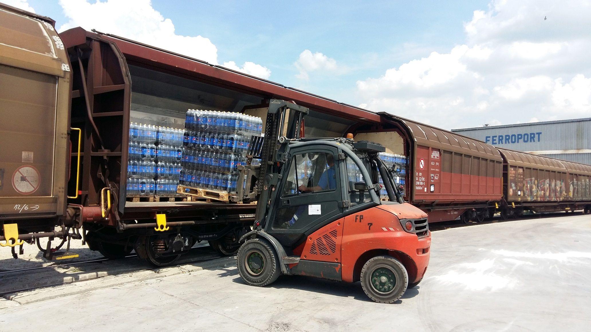 Vykládka nápojového vlaku společnosti PepsiCo v Budapešti. Autor: PepsiCo