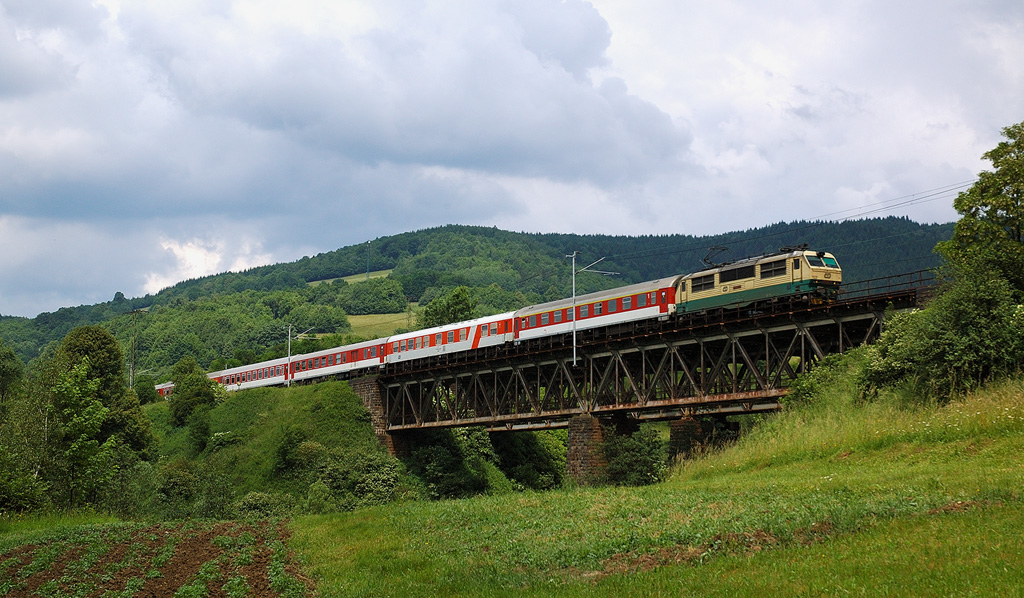 Vlak EuroCity, Lužná u Vsetína, foto: Zdopravy.cz/Josef Petrák