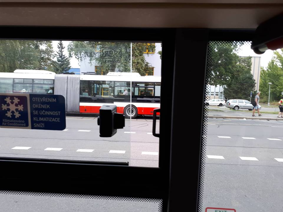 Otevřené okno na lince 119 v autobuse s klimatizací.