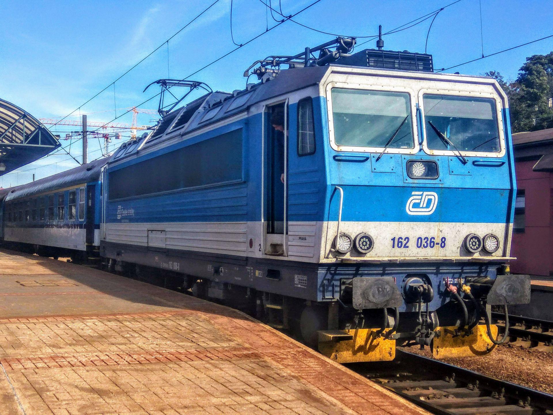 Lokomotiva řady 162 v čele rychlíku z Děčína po příjezdu na pražské hlavní nádraží. Foto: Jan Sůra