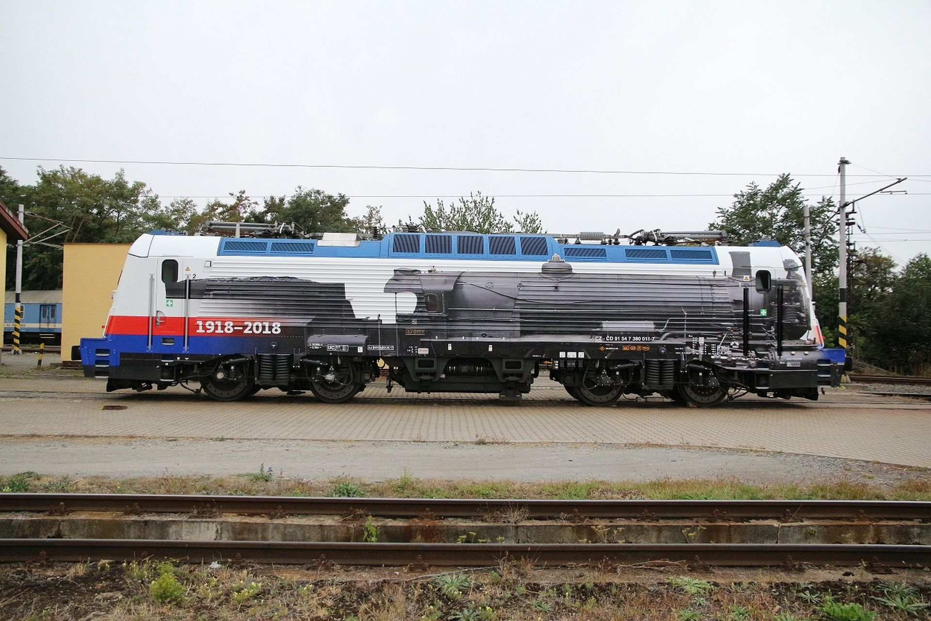 Lokomotiva 380 s polepem připomínajícím parní lokomotivy řady 375.0. Foto: České dráhy