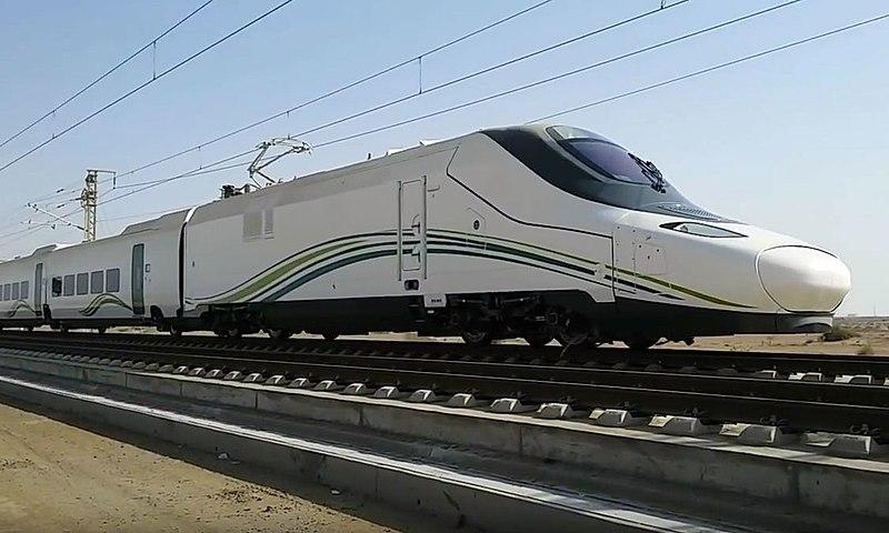 Souprava Talgo 350 pro saudskoarabskou vysokorychlostní železnici. Foto: By FlyAkwa [CC BY-SA 4.0 (https://creativecommons.org/licenses/by-sa/4.0)], from Wikimedia Commons