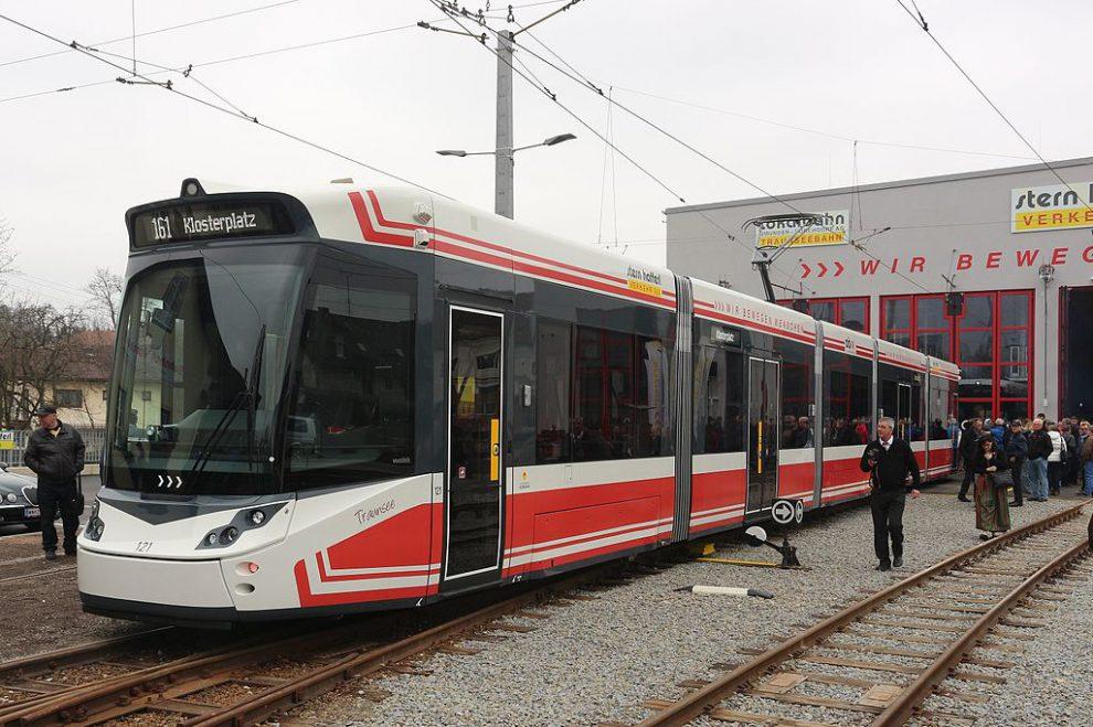 Tramlink na trati Vorchdorf - Gmunden. Autor: Von Simon Legner (User:simon04) - Eigenes Werk, CC BY-SA 4.0, https://commons.wikimedia.org/w/index.php?curid=47496990