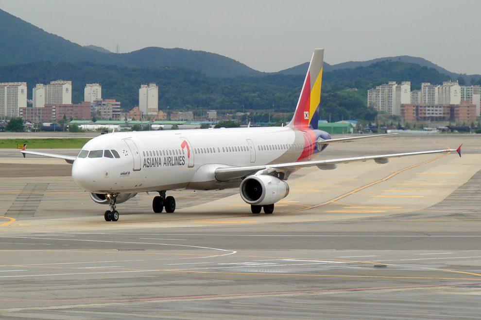 Airbus A321 společnosti Asiana na letišti Kimpo v Soulu. Foto: Anton Bannikov [GFDL (http://www.gnu.org/copyleft/fdl.html) or GFDL (http://www.gnu.org/copyleft/fdl.html)], via Wikimedia Commons