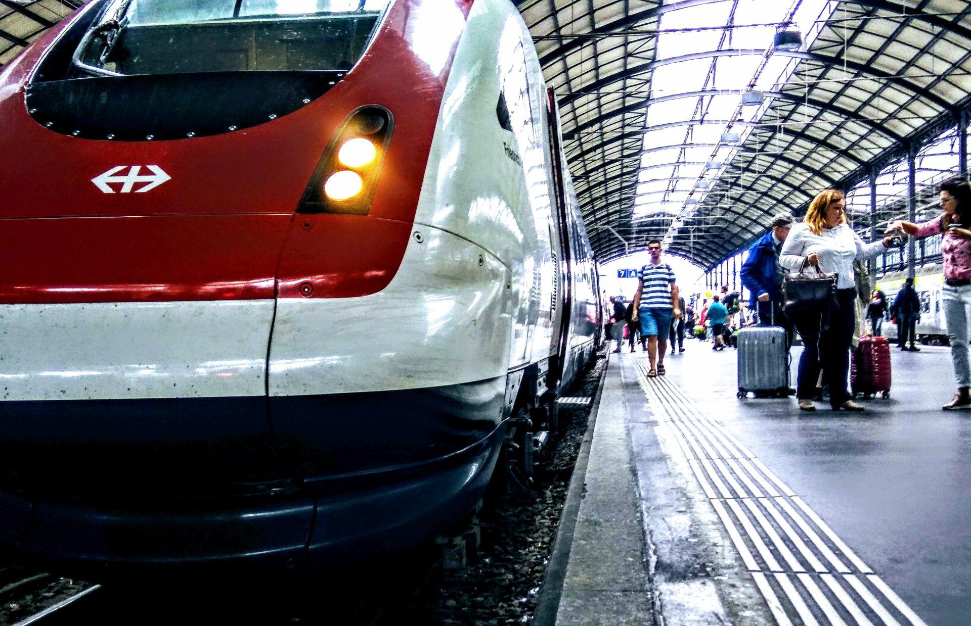 Cestující na nádraží ve švýcarském Lucernu. Švýcarsko bývá považované za vzor pro veřejnou dopravu. DPH z jízdenek tu letos kleslo na 7,7 %. Foto: Jan Sůra