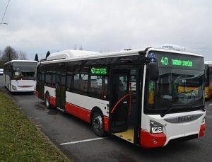Dvanáctimetrový autobus Iveco Urbanway v barvách brněnského dopravního podniku. Foto: DPMB
