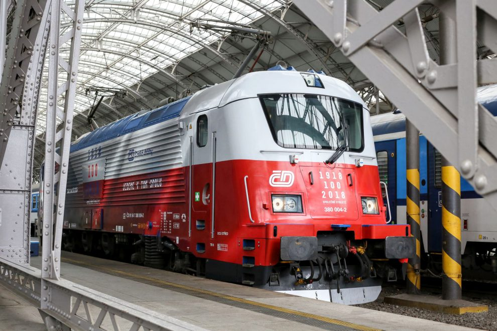 Lokomotiva 380 ve speciálním polepu připomínající 100 let založení republiky. Foto: České dráhy