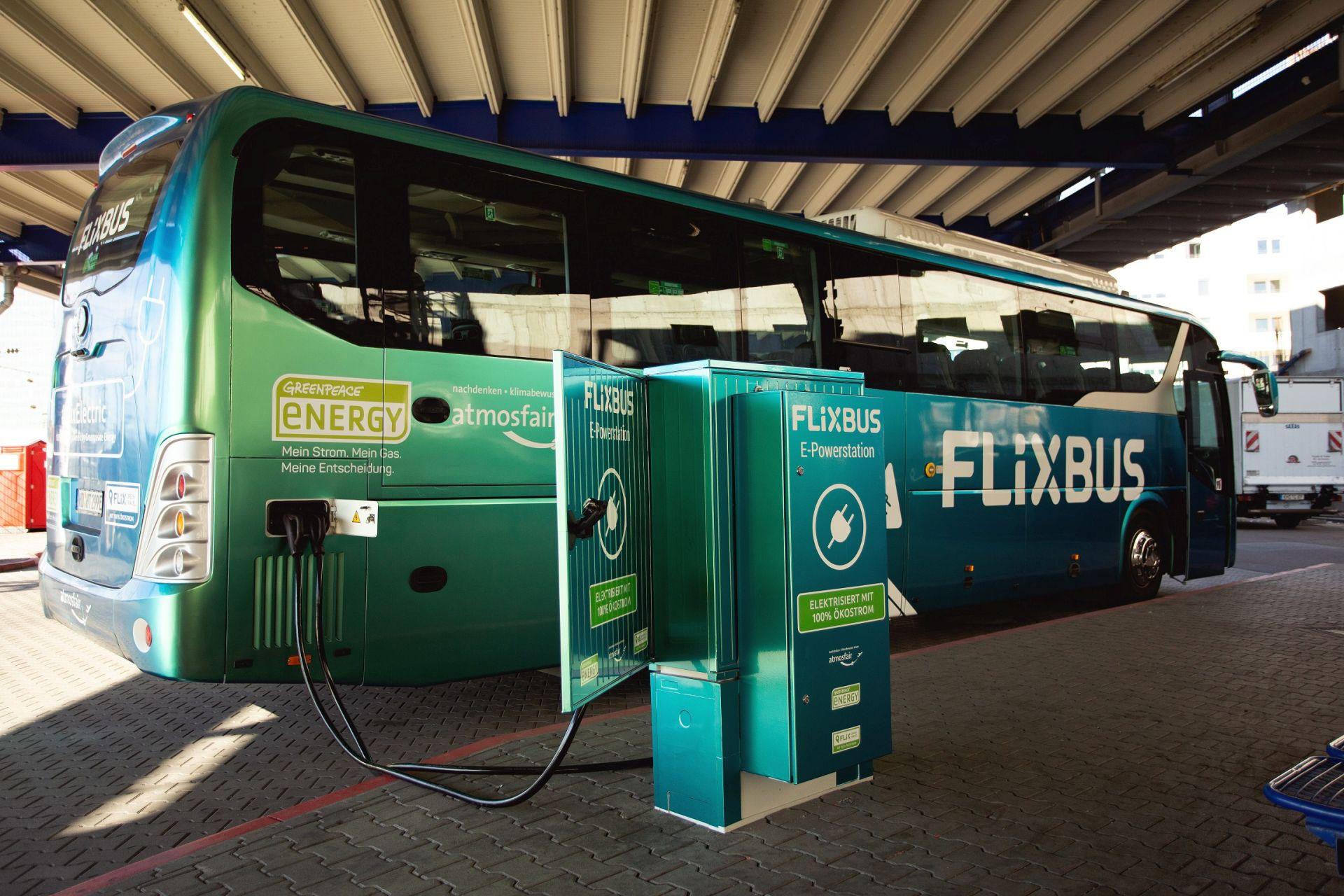 Elektrobus BYD C9 v barvách společnosti FlixBus na nabíječce v Mannheimu. Foto: FlixBus