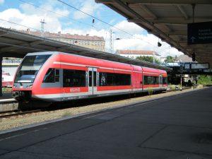 Jednotka Stadler GTW v barvách DB Regio. Foto: kaffeeeinstein from Berlin, Germany (GTW 2/6 der DB Regio) [CC BY-SA 2.0 (https://creativecommons.org/licenses/by-sa/2.0)], via Wikimedia Commons