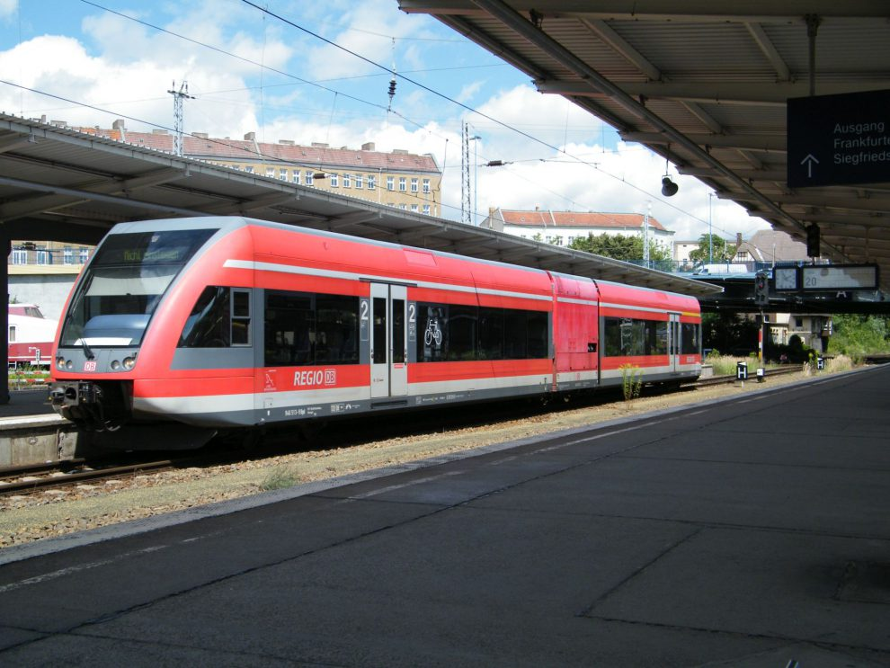 Jednotka Stadler GTW v barvách DB Regio. Foto: kaffeeeinstein from Berlin, Germany (GTW 2/6 der DB Regio) [CC BY-SA 2.0 (https://creativecommons.org/licenses/by-sa/2.0)], via Wikimedia Commons