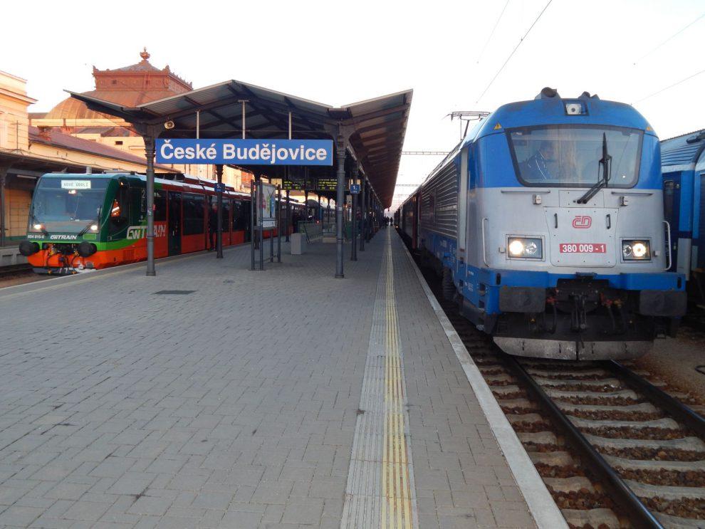 Vlaky GW Trainu a ČD se potkávají na českobudějovickém nádraží. Autor: Zdopravy.cz/Jan Šindelář